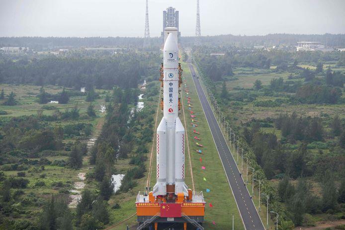 De Long March 5-raket, die de sonde Chang'e-5 de ruimte in schoot.