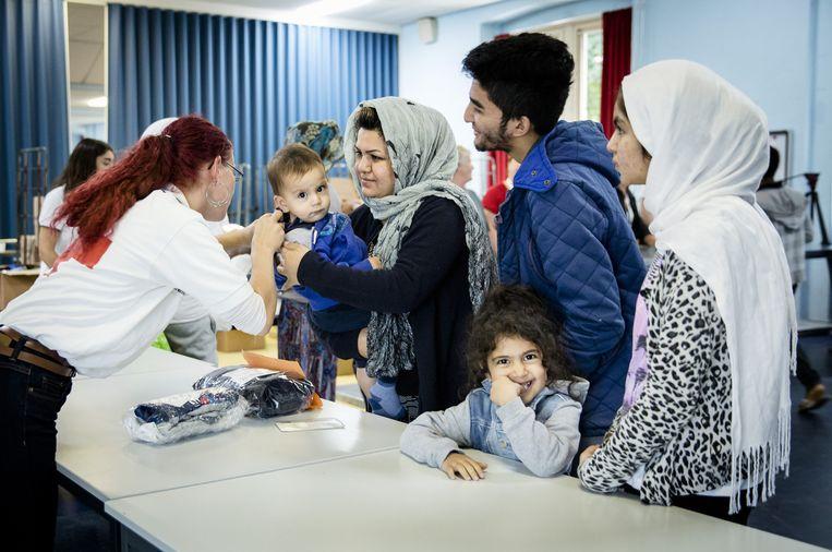 Het Rode Kruis voorziet asielzoekers van spullen die Nederlanders hebben gedoneerd. Beeld anp