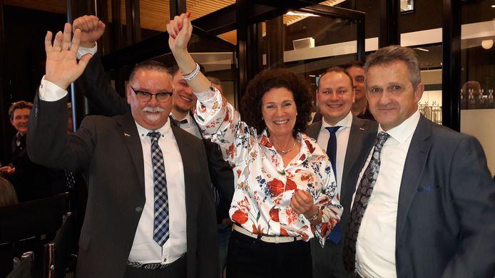 Een juichende PVV na de gemeenteraadsverkiezingen van 2018 in Rucphen. De partij komt binnen in de gemeenteraad met vier zetels.