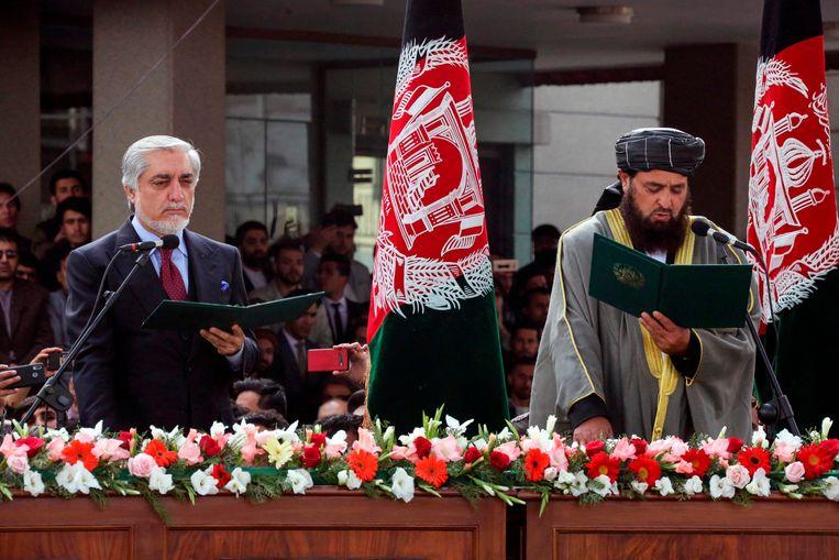 De Afghaanse 'chief executive' Abdullah Abdullah (links) bij zijn eigen, parallelle beëdiging tot president.  Beeld AFP