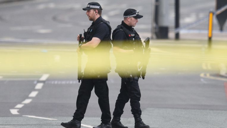 Gewapende agenten patrouilleren rondom de Manchester Arena, waar gisteravond een zelfmoordaanslag plaatsvond. Beeld afp