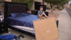 Harde aanpak: ouders verplichten tiener om zijn bezittingen gratis weg te geven