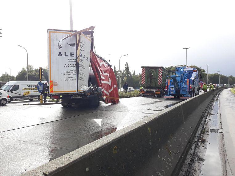 Kort voor de middag botsten op de R4 ook nog eens twee vrachtwagens.