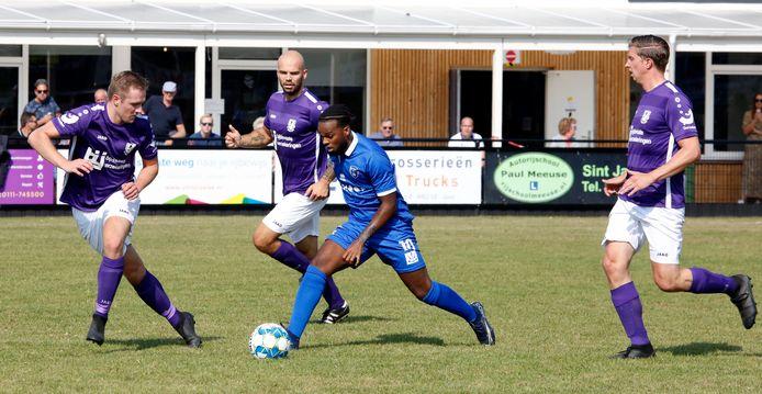FC Axel-aanvaller Michael Cristina zoekt een opening in de verdediging van Bruse Boys.