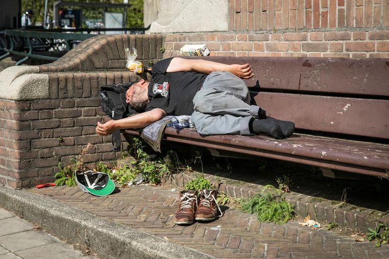 Een slapende dakloze op de Stadhouderskade. Beeld ANP