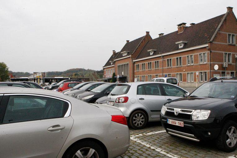 De parking aan het station staat vaak eivol.