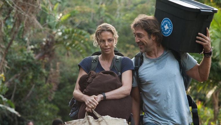 Charlize Theron en Javier Bardem in The Last Face. Beeld null