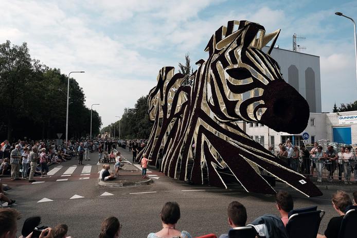 De wagen 'Gestreept' van de groep Rensing is de winnaar van de juryprijs van het Bloemencorso Lichtenvoorde 2016.