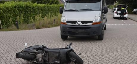 Botsing tussen scooter en werkbus in Breda, scooterrijder gewond
