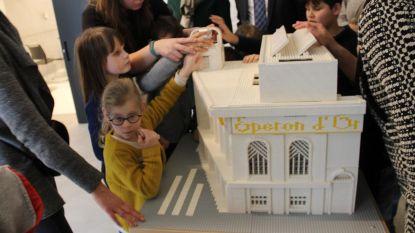 Kinderen met visuele beperking ontdekken museum van 12.628 blokjes op de tast