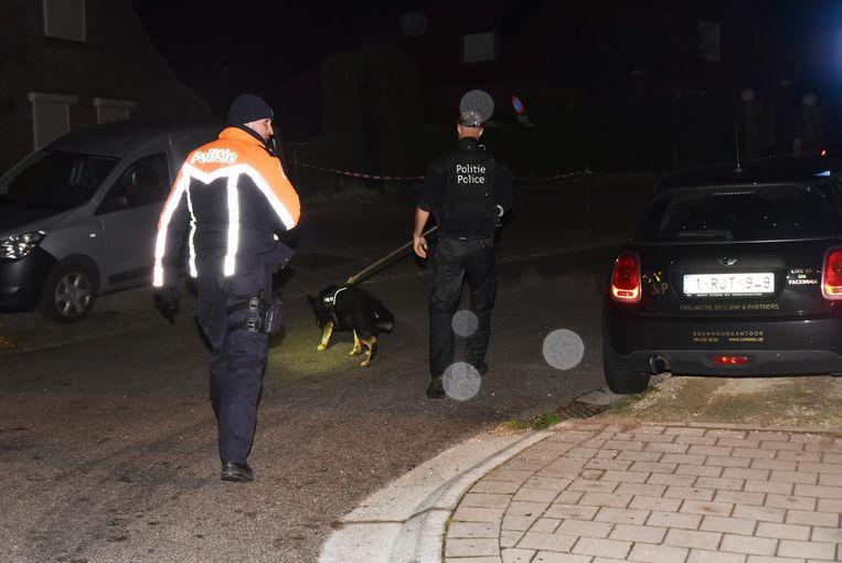Met een speurhond zocht de politie naar de gevluchte chauffeur.