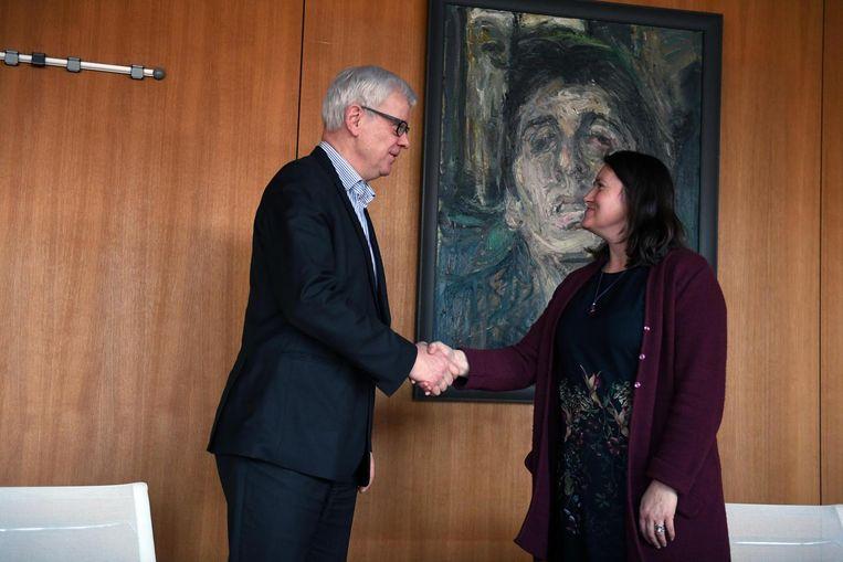 Astrid Pollers schudt de hand van provinciegouverneur Lodewijk De Witte, bij wie ze net de eed heeft afgelegd.