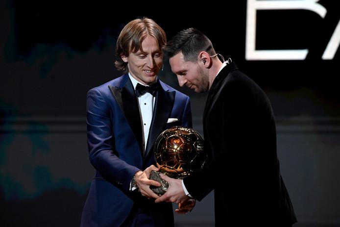 Uit handen van de vorige winnaar Luka Modric krijgt Lionel Messi alweer zijn zesde Gouden Bal uitgereikt.