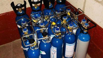 20 flessen lachgas gevonden in voertuig tijdens politiecontrole: lading in beslag genomen