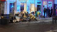 Auto rijdt in op terras in Nederlandse Deventer: bestuurder opgepakt