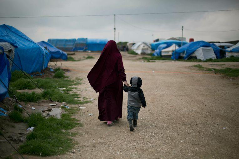 Een vrouw met kind in het kamp Al Roj in Syrië. Beeld AP