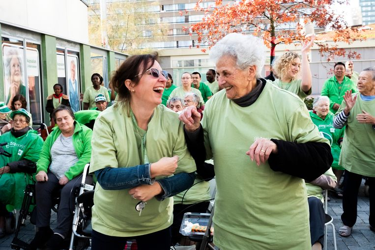 De dansende bewoners en personeelsleden doen de actie voor de Warmste Week