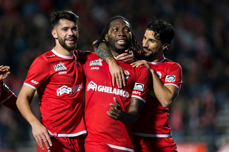 Rodrigues (links) en Refaelov (rechts) vieren met Mbokani.
