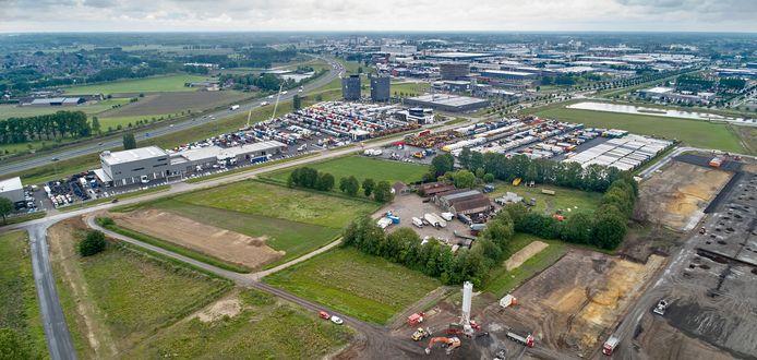 De boerderij en het bedrijf Sjef van den Braak bedrijfswagens te Veghel  liggen ingeklemd tussen de trucks van BAS Trucks en de nieuwbouw van Foodpark.