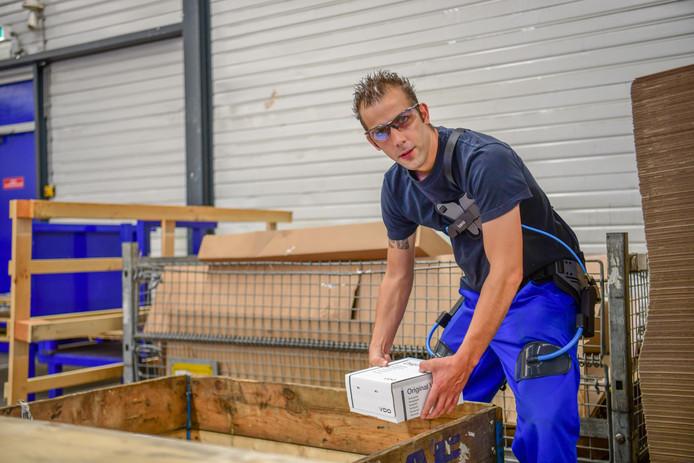 Ergon doet proef met exoskeletten bij DAF om het werk teverlichten. Productiemedewerker Johnny van Es is direct al er enthousiast over.