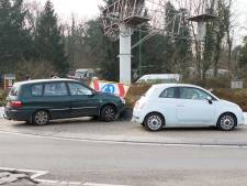 Automobilist rijdt zich klem op rotonde in Soesterberg