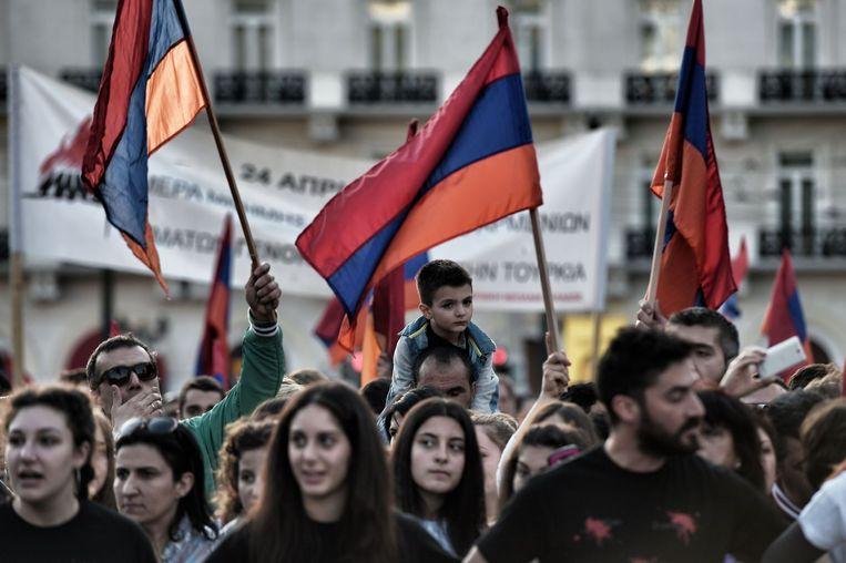 Armeniërs zwaaien met Armeense vlaggen in Athene Beeld afp