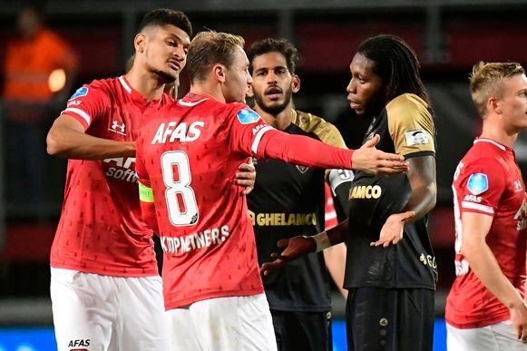 Mbokani in het duel tussen Antwerp en AZ Alkmaar