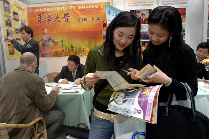 Vooraanstaande universiteiten uit China werven Nederlandse studenten op een beurs.  foto Peter Hilz