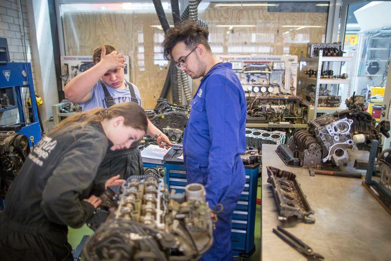 Studenten autotechniek van het Deltion College in Zwolle sleutelen aan een conventionele motor. Beeld Herman Engbers