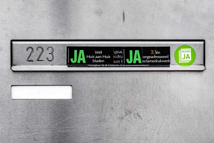 Amsterdam was de eerste stad die in 2018 een nieuwe variant lanceerde: de ja/ja-sticker die het nee-systeem omdraait. Utrecht, Haarlem, Den Haag, Rotterdam en Tilburg volgden: daar ontvangt niemand ongeadresseerde post, behalve mensen met een ja/ja-sticker.