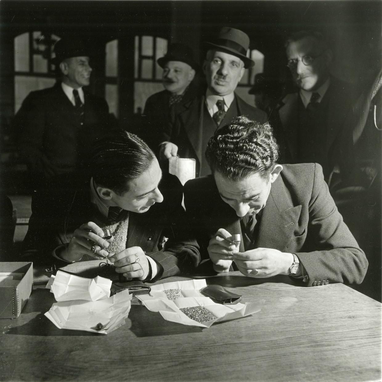 Handelaren bekijken eind jaren dertig stenen op de Diamantbeurs op het Weesperplein.