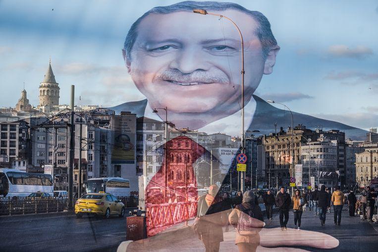 Transparante verkiezingsbanner met het gezicht van de Turkse president Recep Tayyip Erdogan bij de Galatabrug in het Europese deel van Istanboel.  Beeld Hollandse Hoogte / Joris van Gennip