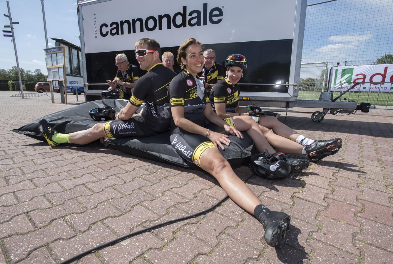 Uitblazen na afloop. De Hel van Twente vroeg flink wat van de conditie van de deelnemers.