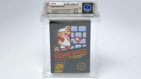 Het exemplaar van Super Mario Bros. voor de NES. De plastic verpakking is om het originele, kartonnen doosje te beschermen.