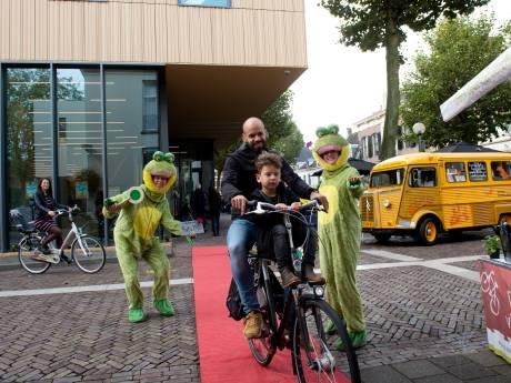Irritatie over foutgeparkeerde fietsen in Deventer binnenstad: 'Het is een rommel'