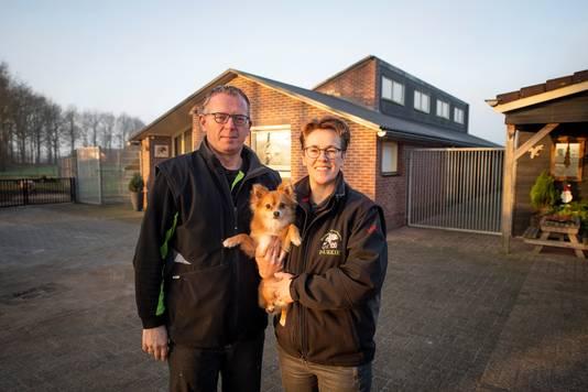 Frank en Roelien Hekking bij hun hondenpension en trimsalon Plukkie aan de Koersweg 7/7A in Haarle. Ze willen graag verder uitbreiden.