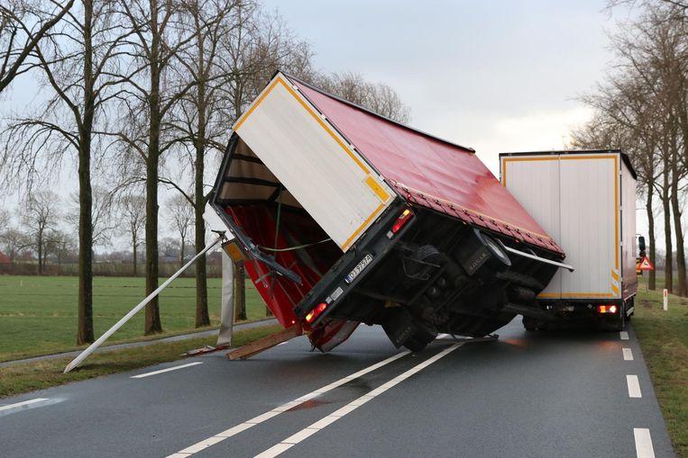 Tijdens de zware storm zijn donderdag tientallen vrachtwagens omvergeblazen. Beeld anp
