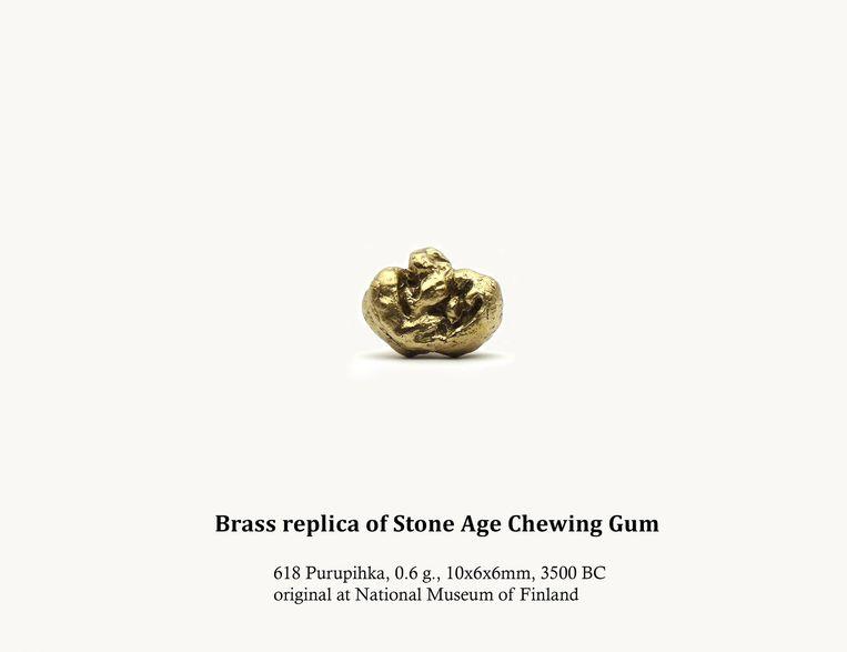 Dina Danish: Brass replica of stone age chewing gum, 2013. Beeld Matthijs Hanck Sieraden