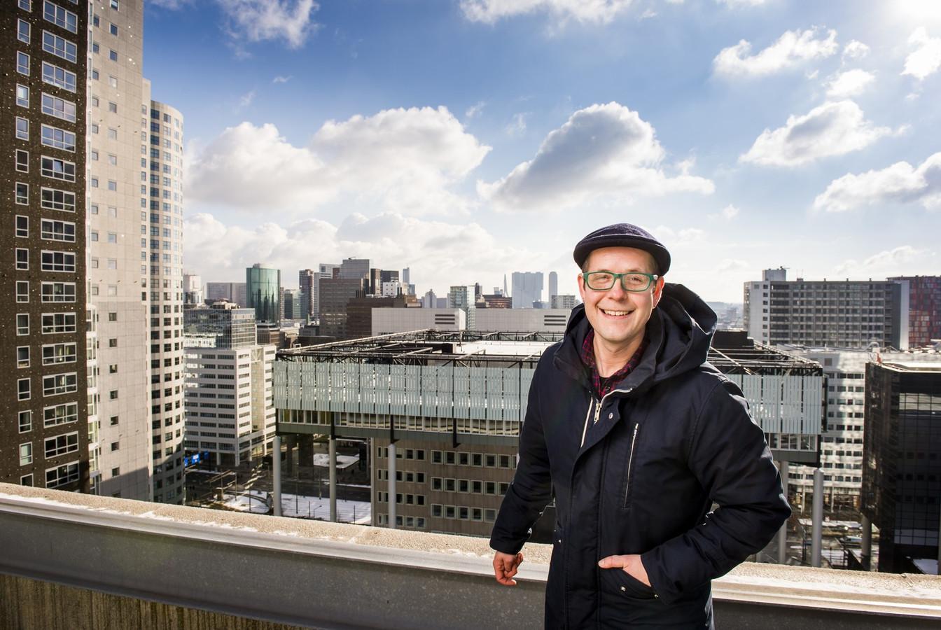 Gyz met zijn stad op de achtergrond. 'Rotterdam begint eindelijk ergens op te lijken,' zegt hij. 'Maar maak het alsjeblieft niet té netjes. Dat past niet bij een volkse stad.'