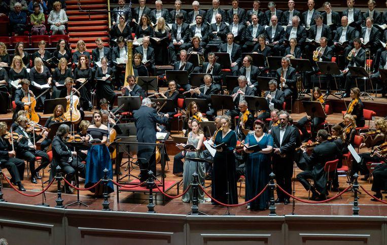 Het Concertgebouworkest met het Nederlands Kamerkoor, Laurens Collegium Rotterdam en Nationaal Kinderkoor. Beeld Jan Hordijk
