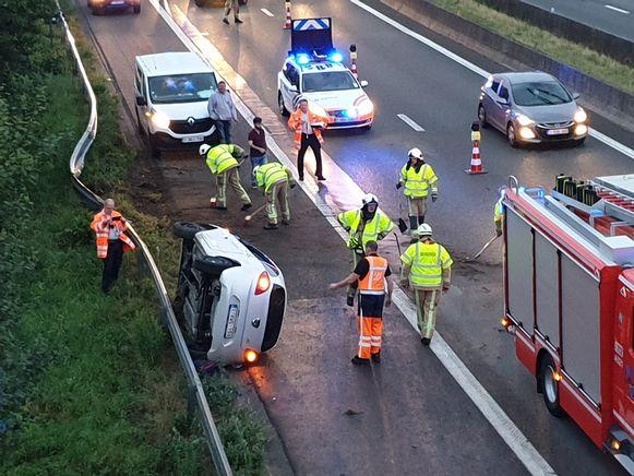 Door het ongeval was de rechterrijstrook van de snelweg afgesloten.