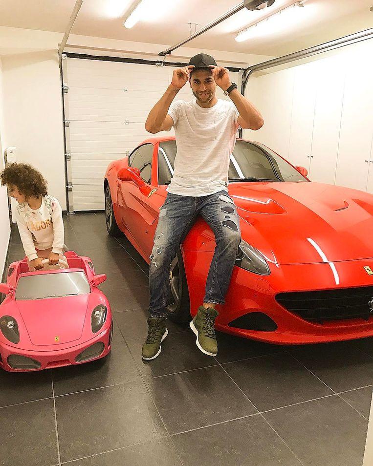"""Harbaoui bij zijn Ferrari. """"Ik rij er al sinds 2016 niet meer mee."""""""
