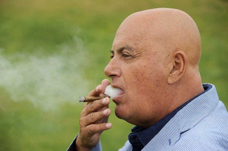 Jack van Gelder rookt een sigaar. Beeld anp