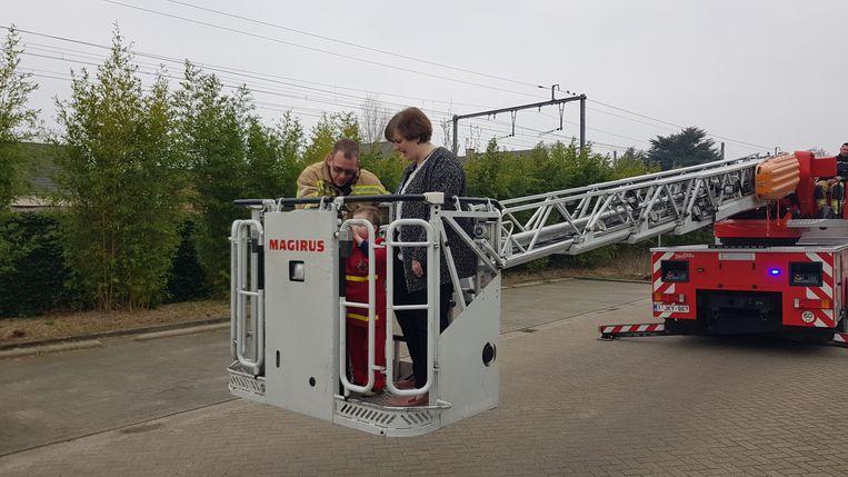 Met de ladderlift spelen, brandjes blussen en verkeersslachtoffers uit wagens halen. Een koud kunstje voor brandweerman Seppe.