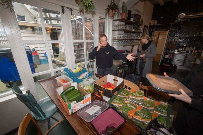Restaurant Olijf sluit per direct de deuren. Zoë van Hesteren overlegt telefonisch wat te doen met de verse producten.