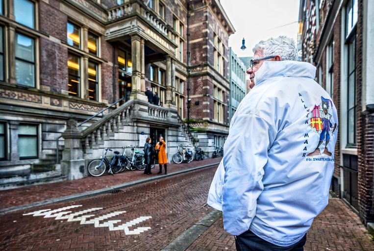 Een pro-Zwarte Piet demonstrant voor de rechtbank in Haarlem. Beeld Raymond Rutting / de Volkskrant