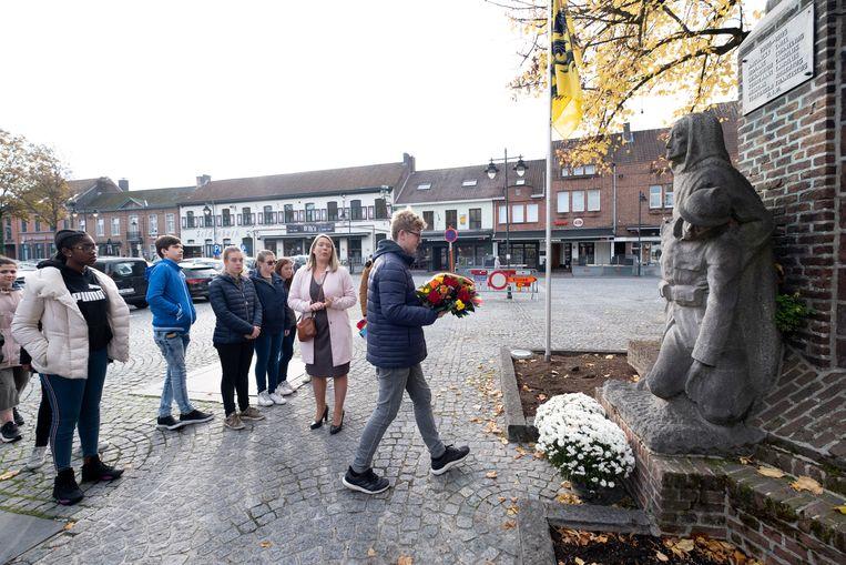 Leerlingen GO! atheneum Klein-Brabant herdenken het einde van Wereldoorlog I bij het monument voor de gesneuvelden op het Kardinaal Cardijnplein te Bornem.