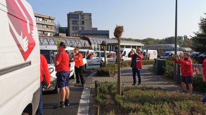 Postbodes verrassen zorgpersoneel Gasthuisberg met een colonne postvoertuigen en groot applaus