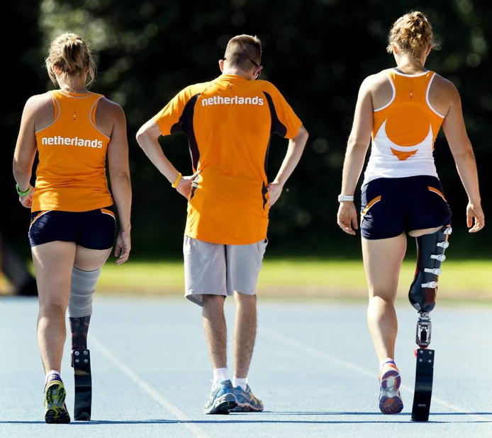 Paralympiërs Jelmar Bos uit Lelystad (m), Iris Pruysen (l) en Marije Smits bereiden zich voor op een training. ANP