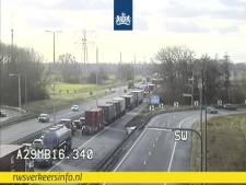 A29 weer open richting Bergen op Zoom na ongeluk met vrachtwagen bij Rotterdam